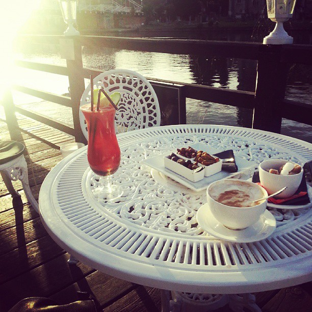 Great way to end a lovely day. Drinks by the river in marlow with @discomead